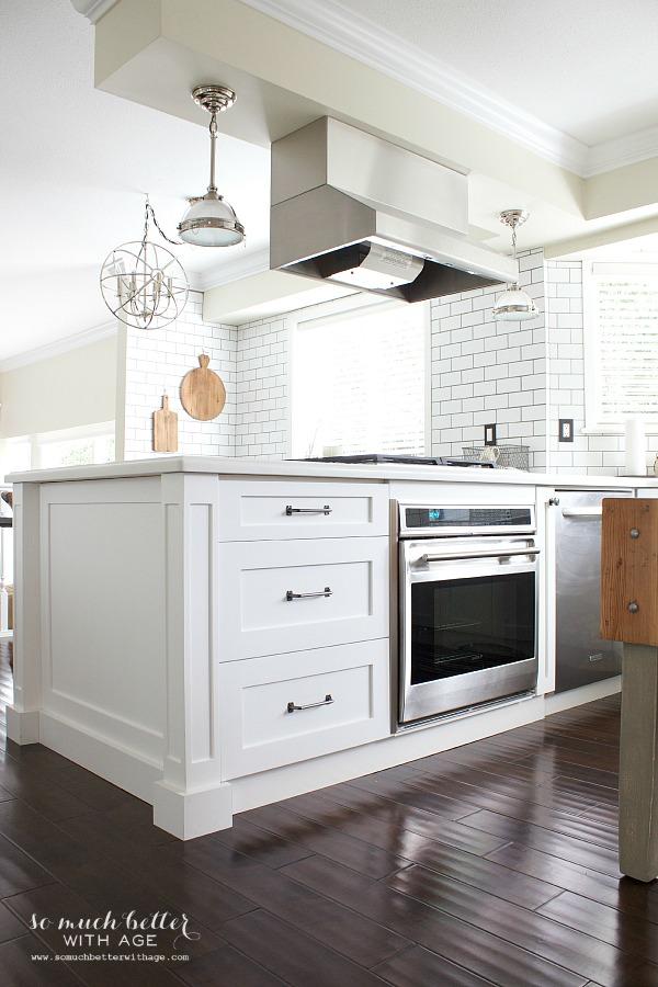 white renovated kitchen / Industrial Vintage French kitchen | somuchbetterwithage.com