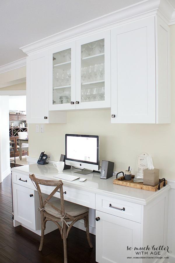 White kitchen / Updated kitchen office | somuchbetterwithage.com